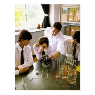 Estudiantes en laboratorio de química de la escuel tarjetas postales