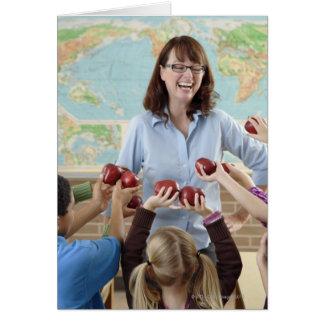 estudiantes jovenes que presentan manzanas al prof felicitacion