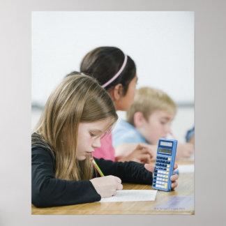 Estudiantes que hacen el trabajo de la matemáticas posters