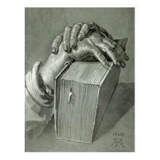 Estudio de la mano de Albrecht Dürer con la biblia Postal