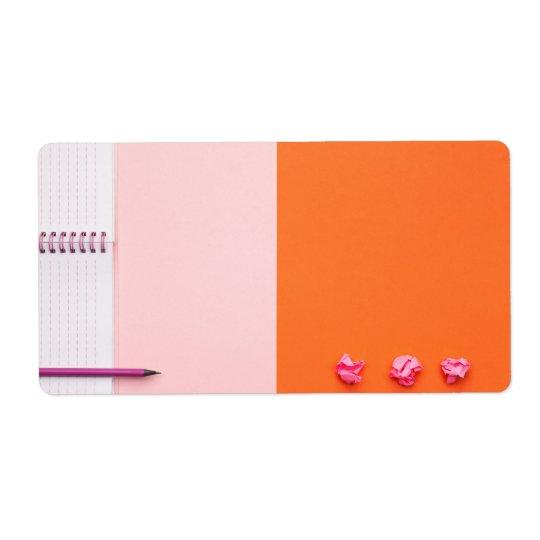 Etiqueta Accesorios de la oficina en fondo rosado y