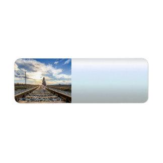 Etiqueta Chica con la guitarra en pistas de ferrocarril