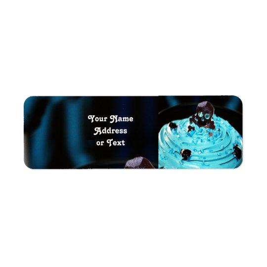 Etiqueta Cráneo negro de Halloween en la magdalena azul de