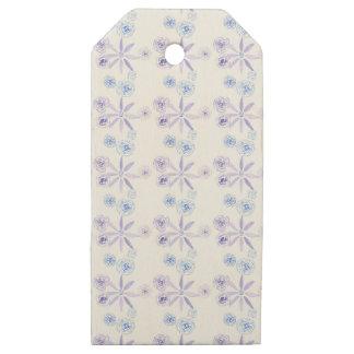 Etiqueta de madera del regalo con las flores