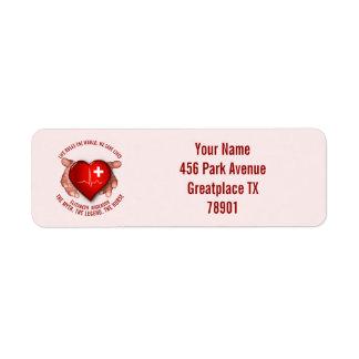 Etiqueta Enfermera registradoa con el corazón rojo en manos