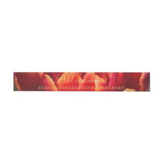 Etiqueta Envolvente De Dirección Foto roja bonita de los pétalos del tulipán. Añada