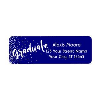 "Etiqueta ""Graduado"" con el confeti de plata sobre la marina"