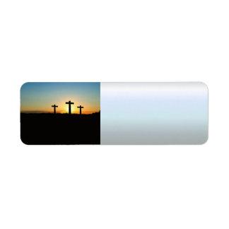 Etiqueta Las cruces de la crucifixión en la puesta del sol