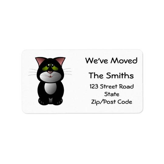 Etiqueta Nos hemos movido, gato blanco y negro