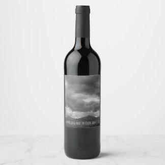 Etiqueta Para Botella De Vino Paisaje oscuro de la montaña de las nubes