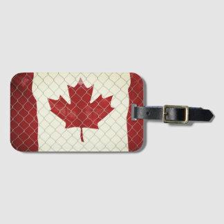 Etiqueta Para Maletas Bandera canadiense. Cerca de la alambrada.