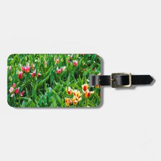 Etiqueta Para Maletas Campo con los tulipanes rosados y amarillos