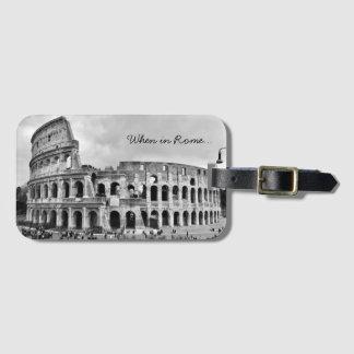 """Etiqueta Para Maletas El equipaje de B&W de Roma Colosseum """"cuando en"""