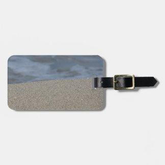Etiqueta Para Maletas El primer de la playa de la arena con el mar