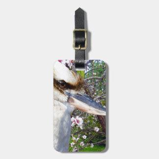 Etiqueta Para Maletas Kookaburra al lado del árbol del flor,