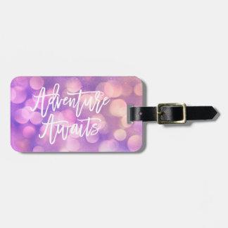 Etiqueta Para Maletas La aventura púrpura de Bokeh y de la tipografía el