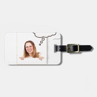 Etiqueta Para Maletas Mujer rubia que piensa en el tablero blanco