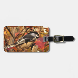 Etiqueta Para Maletas Pájaro del Chickadee con las hojas de otoño
