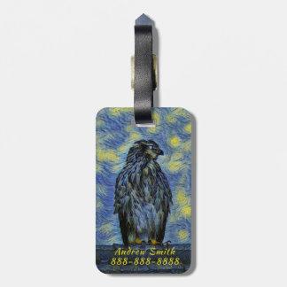 Etiqueta Para Maletas Un pájaro del halcón en un tejado en una noche