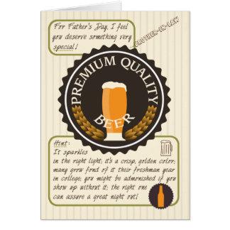 Etiqueta retra divertida de la cerveza del día de tarjeta