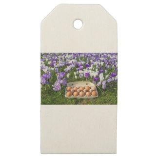 Etiquetas De Madera Para Regalos Cartón de huevos con los huevos del pollo en