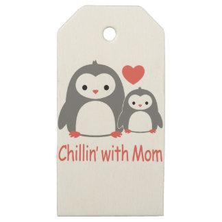 Etiquetas De Madera Para Regalos enfriándose con la mamá, dibujos animados