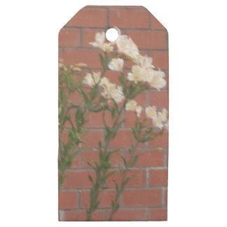 Etiquetas De Madera Para Regalos Flores en ladrillo