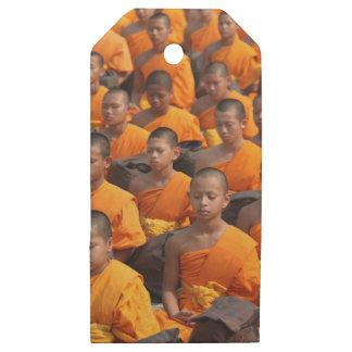 Etiquetas De Madera Para Regalos Grupo grande de monjes Meditating