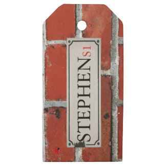 Etiquetas De Madera Para Regalos La placa de calle en la pared de ladrillo