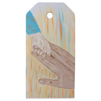 Etiquetas De Madera Para Regalos Niño que lleva a cabo la mano del padre