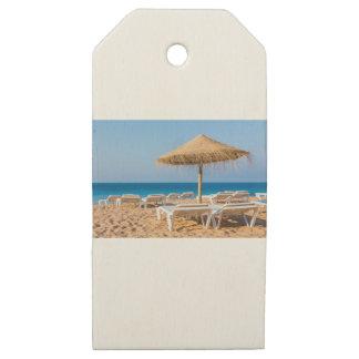 Etiquetas De Madera Para Regalos Parasol de mimbre con la playa beds.JPG