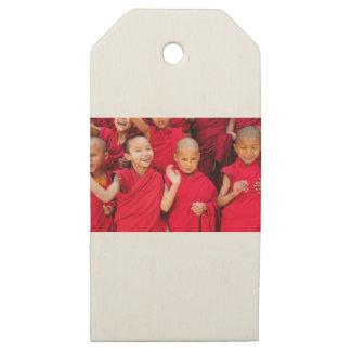 Etiquetas De Madera Para Regalos Pequeños monjes en trajes rojos