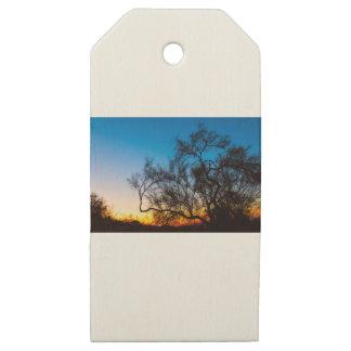 Etiquetas De Madera Para Regalos Salida del sol de la silueta del árbol de Palo
