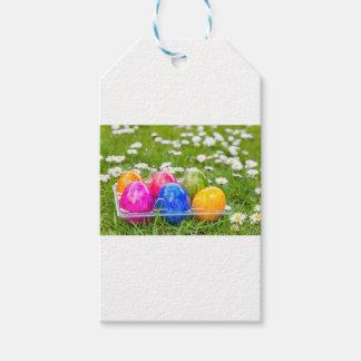 Etiquetas Para Regalos Huevos de Pascua pintados coloridos en hierba con
