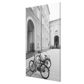 Europa, Austria, Salzburg. Bicicletas en Lona Envuelta Para Galerias