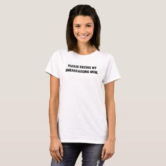 Excuse por favor a mi mamá embarazosa camiseta