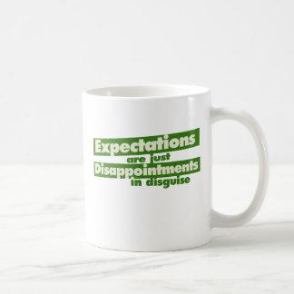 Expectativa y apenas decepciones en disfraz taza de café