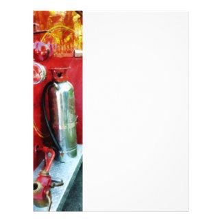 Extintor en el coche de bomberos folleto 21,6 x 28 cm