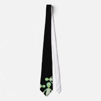 extranjeros que miran el lazo corbata