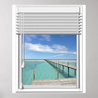 Falsa ventana de la vista al mar con las persianas póster