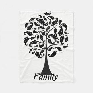 Familia con la manta del paño grueso y suave del