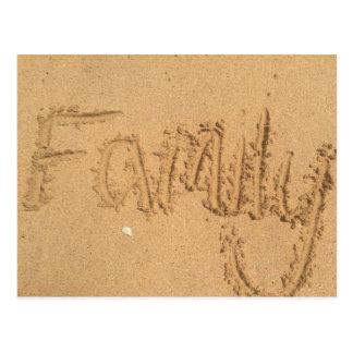 Familia escrita en arena postal