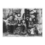 Familia esquimal en fotografía del iglú del invier impresiones en lona estiradas
