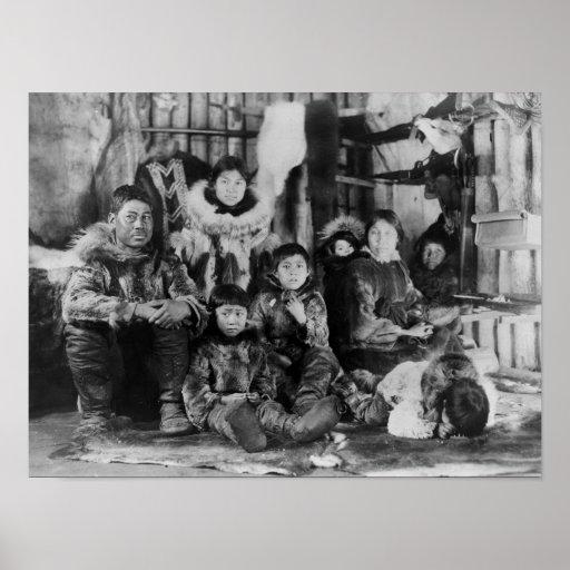 Familia esquimal en fotografía del iglú del invier poster