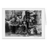 Familia esquimal en fotografía del iglú del invier tarjeta de felicitación