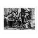 Familia esquimal en fotografía del iglú del postal
