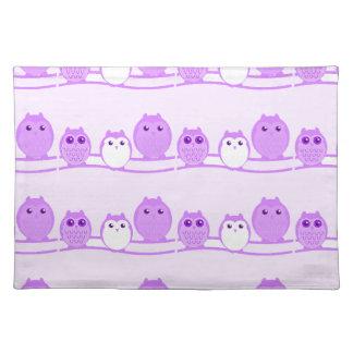 Familia linda púrpura del búho salvamanteles