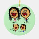 Familia loca de padres con el dibujo animado de do adornos de navidad