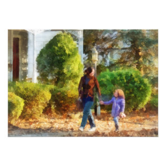 Familia - madre e hija que toman un paseo invitación personalizada