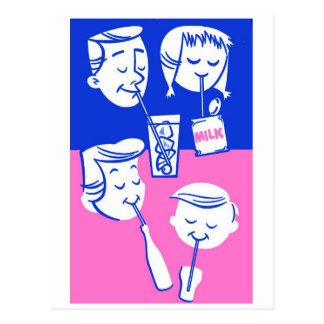 Familia retra del kitsch del vintage que bebe con postal